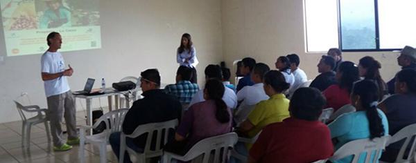 voluntarios-de-la-caixa-imparten-educacion-financiera-a-campesinos-ecuatorianos
