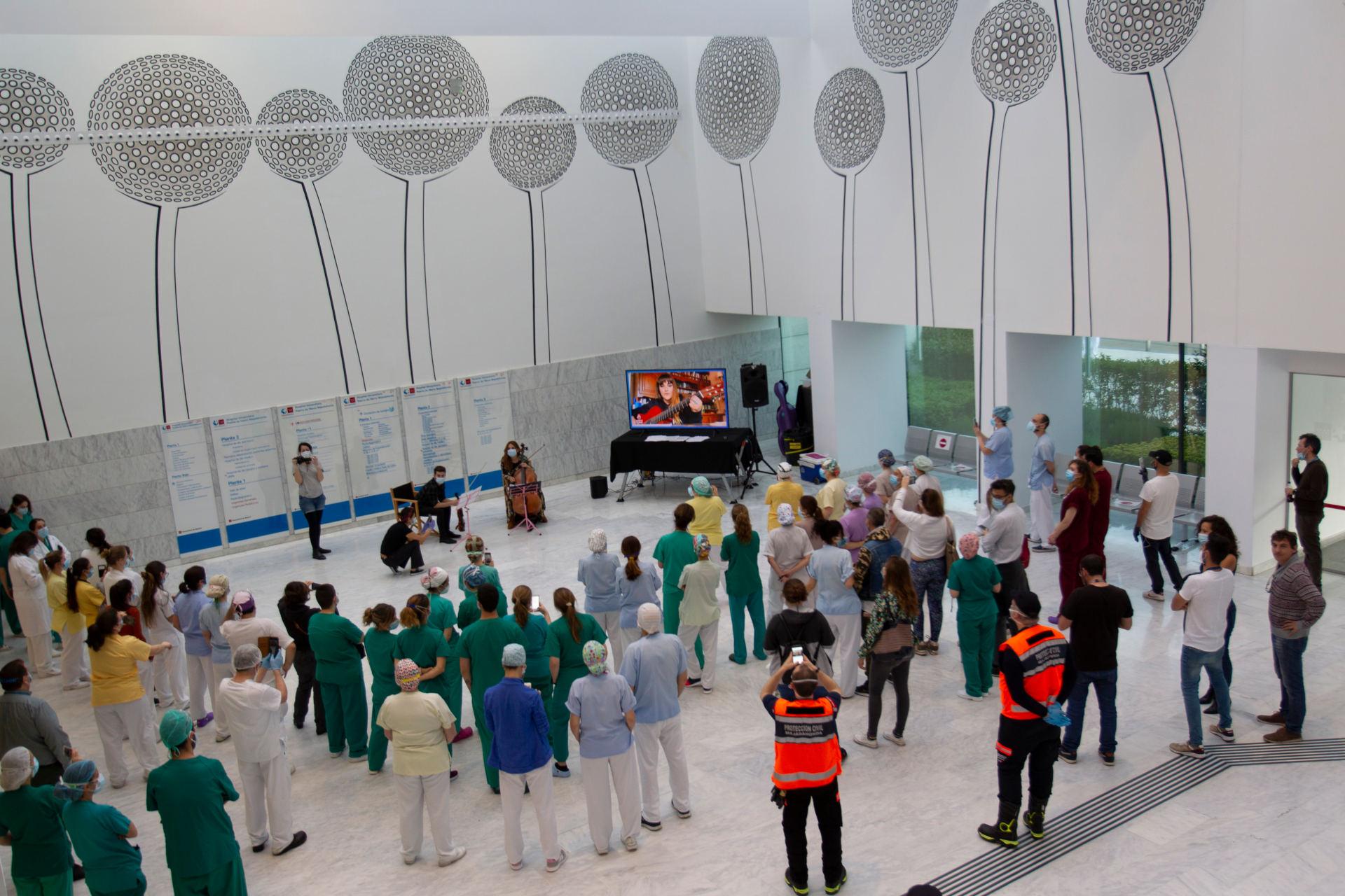 Músicos por la Salud. Microconcierto de Rozalén, Leiva y Kiko Veneno en el Hospital Puerta del Hierro. Foto de Juan Zarza.
