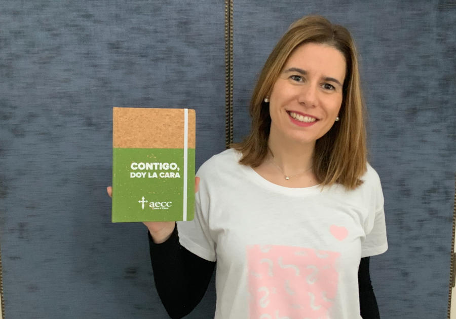 voluntaria allianz en la campaña el regalo mas util a favor de la asociacion española contra el cáncer